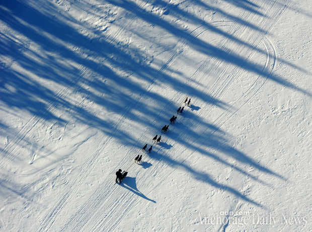 Iditarod: Aily Zirkle leads on the way to the coast